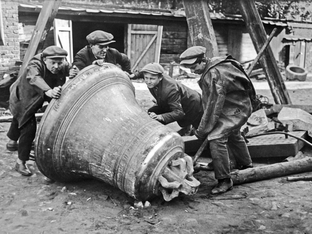 Снятие церковных колоколов перед отправкой на металлургический завод. Москва, 1925 год