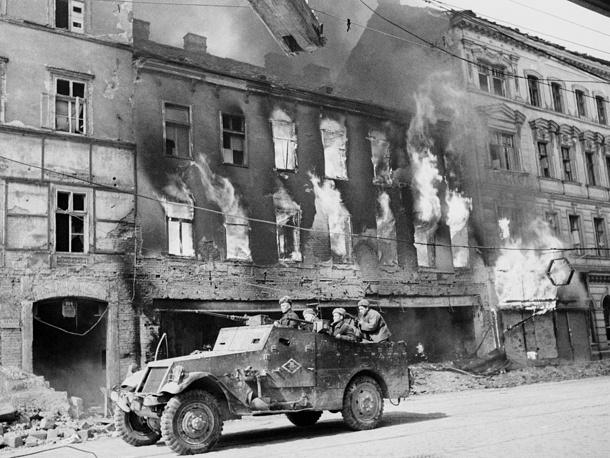Бронетранспортер Красной Армии освобождает  улицы Вены от противника. 1945 год