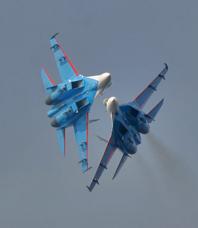 """Тяжелые истребители Су-27 """"Русских витязей"""" во время выполнения фигур высшего пилотажа держат минимальную дистанцию - всего 3 м"""