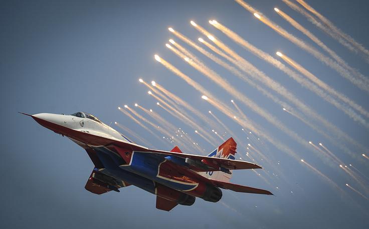 """Самолет МиГ-29 пилотажной группы """"Стрижи"""" во время авиационного шоу в День военно-воздушных сил в Липецке, 2014 год"""