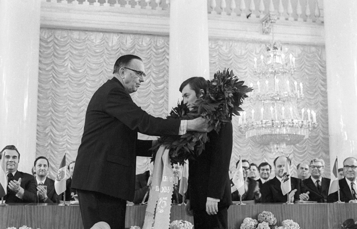 Торжественная церемония в честь провозглашения гроссмейстера Анатолия Карпова чемпионом мира по шахматам. На снимке: президент ФИДЕ Макс Эйве вручает Анатолию Карпову лавровый венок, 1975 год