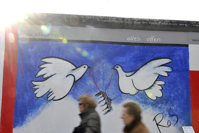Граффити на одном из участков Берлинской стены, выставленных в East Side Gallery
