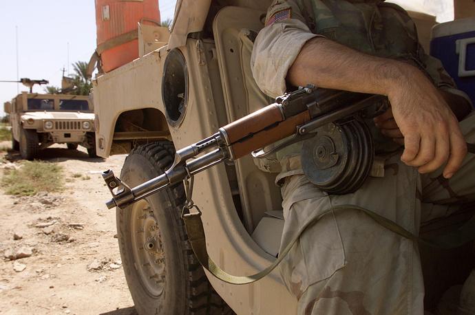 Ирак. Солдат армии США использует автомат Калашникова, конфискованный у иракцев, 2003 год