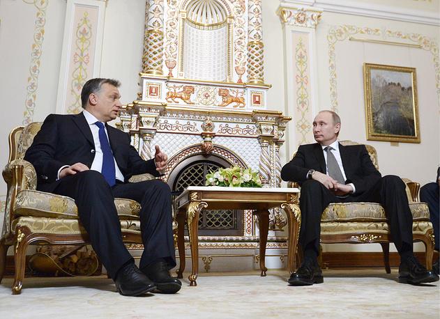 """Виктор Орбан, премьер-министр Венгрии: """"Я сделаю все, что в моих силах,.. но мне нужны партнеры, чтобы изменить санкционную политику ЕС, которая, на мой взгляд, была недостаточно продумана"""". """"Западная политика санкций создает нам неудобств больше, чем России. Это в политике называется """"выстрелить себе в ногу"""" (15 августа 2014 года в интервью радиостанции Kossuth Radio). На фото: премьер-министр Венгрии Виктор Орбан и президент РФ Владимир Путин во время встречи в Ново-Огареве, 2014 год"""