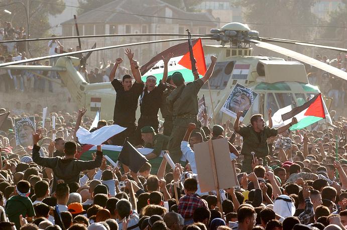 Похороны Арафата в Рамалле, 2004 год. Причины его смерти до сих пор остаются загадкой. По одной из версий, палестинский лидер был отравлен