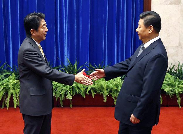 Премьер-министр Японии Синдзо Абэ и президент Китая Си Цзиньпин во время встречи в Большом зале народных собраний