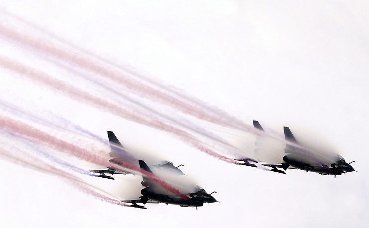 """В авиасалоне принимают участие более 700 компаний, 45% из которых - иностранные. На фото: истребители J-10 пилотажной группы китайских ВВС """"1 августа"""""""