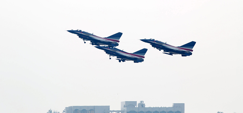 Истребители J-10 китайских ВВС во время показательных выступлений