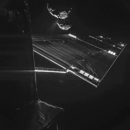 Солнечная батарея космического модуля Philae и комета Чурюмова - Герасименко на дальнем плане