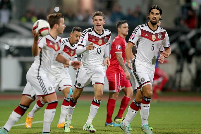 Действующие чемпионы мира немцы, потерявшие 5 очков в первых трех встречах, разгромили новичка европейского чемпионата сборную Гибралтара. На фото игроки немецкой команды Марио Гетце, Карим Бельараби, Томас Мюллер и Сами Хедира (слева направо).