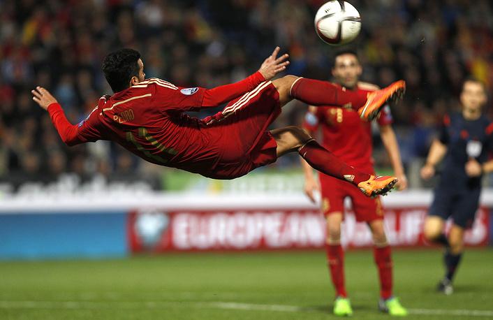 Белорусы не смогли ничего противопоставить действующим чемпионам Европы испанцам, один из голов за которых забил Педро Родригес (на фото).