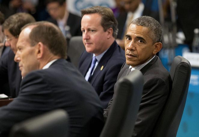 Президент США Барак Обама и премьер-министр Великобритании Дэвид Кэмерон (на дальнем плане) во время выступления премьер-министра Австралии Тони Абботта на пленарном заседании саммита G20