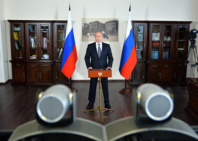 Владимир Путин в режиме телемоста принимает участие в церемонии запуска второго гидроагрегата Саяно-Шушенской ГЭС, Владивосток, 12 ноября