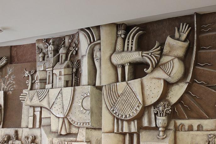 Панно в фойе первого этажа ТЮЗа. Скульптор Лев Пузаков. 1977 год