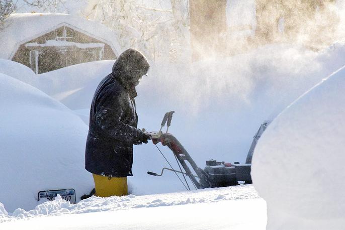 Житель города Гамбург расчищает путь от дома к машине, штат Нью-Йорк