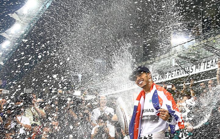 """Льюис Хэмилтон стал двукратным чемпионом мира по автогонкам в классе машин """"Формула-1"""""""