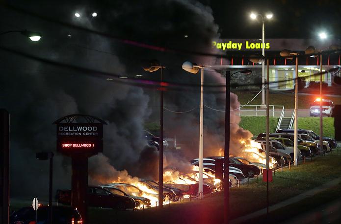 Автомобили, подожженные на стоянке в Делвуде, штат Миссури