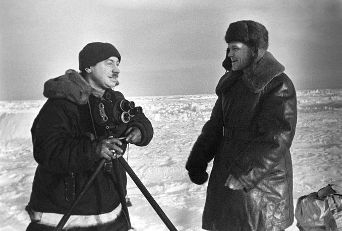"""Дрейфующая станция """"Северный полюс"""" закончила свою работу 19 февраля в 17.30. На фото: руководитель станции Иван Папанин (с киноаппаратом) и летчик Геннадий Власов, февраль 1938 года"""