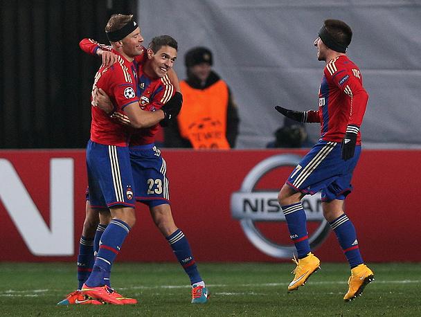Защитник Василий Березуцкий (крайний слева) помог ЦСКА сохранить шансы на выход в плей-офф Лиги чемпионов