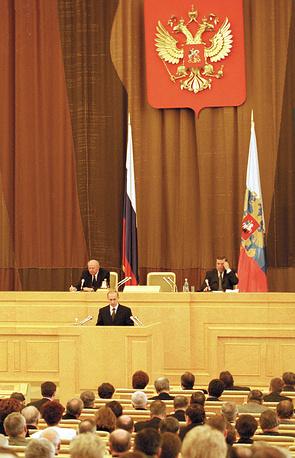Спустя год главой государства были поставлены задачи разграничить полномочия между центром и регионами, провести судебную и административную реформы, модернизировать пенсионное и трудовое законодательство. На фото: 3 апреля 2001 года