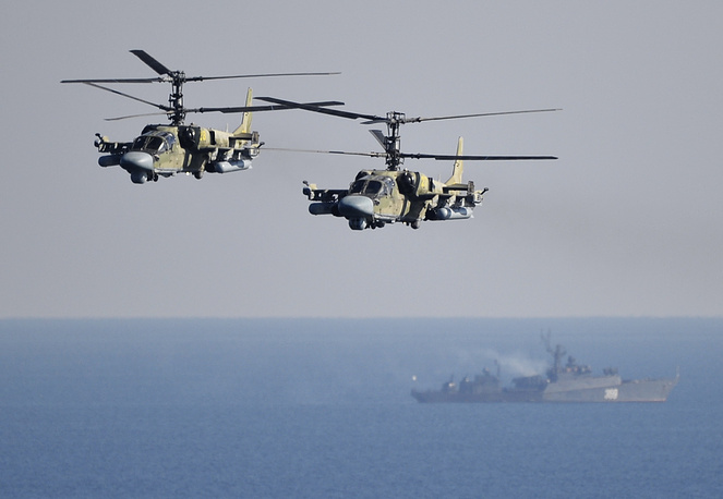 """Многоцелевые всепогодные вертолеты ВВС РФ Ка-52 """"Аллигатор"""" во время батальонного тактического учения морской пехоты Тихоокеанского флота на морском десантном полигоне Клерк, октябрь 2014 года"""