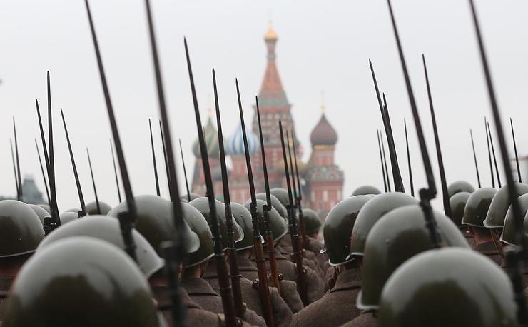 7 ноября. На марше, посвященном 73-й годовщине военного парада 7 ноября 1941 года, на Красной площади в Москве