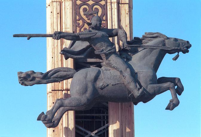 """В 2005 году в список ЮНЕСКО внесен якутский героический эпос олонхо. На фото: фрагмент памятника """"Нюргун Боотур"""", названного по имени героя якутского эпоса олонхо, в Якутске"""
