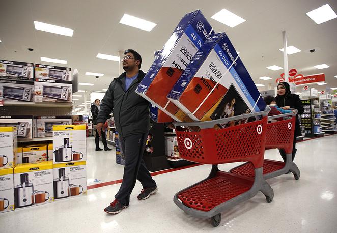 Покупатели в торговом центре Target в городе Саут-Портленд, штат Мэн