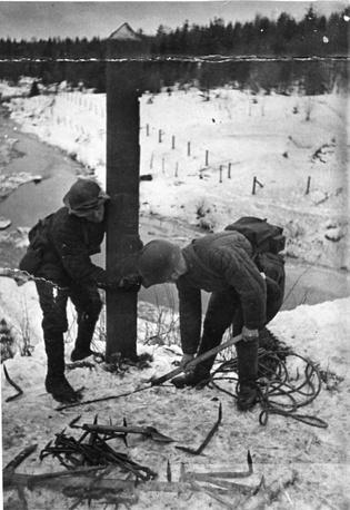 Советские солдаты выкапывают столб на погранзаставе Майнила, 30 ноября 1939 года
