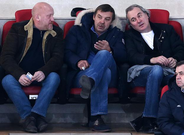 Главный тренер сборной России по хоккею Олег Знарок (в центре)