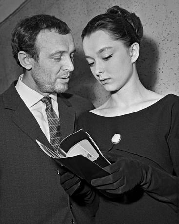 Исполнители главных ролейИннокентий Смоктуновский и Анастасия Вертинская после премьеры фильма, 1964 год.