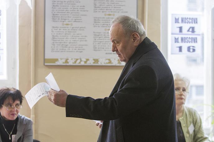Президент Республики Молдова Николай Тимофти на избирательном участке в Кишиневе, 30 ноября 2014 года