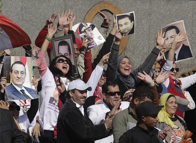 """Вердикт был встречен присутствовавшими в зале суда громкими возгласами одобрения, хотя еще в самом начале заседания судья предупредил всех о недопустимости какой-либо публичной реакции. Собравшиеся у полицейской академии сторонники экс-президента заявили, что Мубарака оправдал """"сам Всевышний"""""""