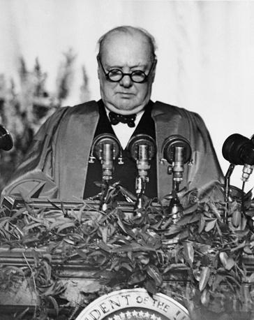 """В 1946 году Уинстон Черчилль выдвинул идею создания англо-американского союза для борьбы с """"мировым коммунизмом во главе с Советской Россией"""". В СССР это заявление было воспринято как начало холодной войны. На фото: выступление Уинстона Черчилля в Фултоне, штат Миссури, 5 марта 1946 года"""