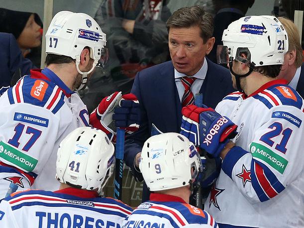 Главный тренер СКА Вячеслав Быков (в центре)