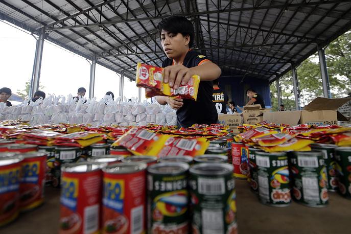 """Упаковка продовольствия пострадавшим от тайфуна """"Хагупит"""" в Маниле"""