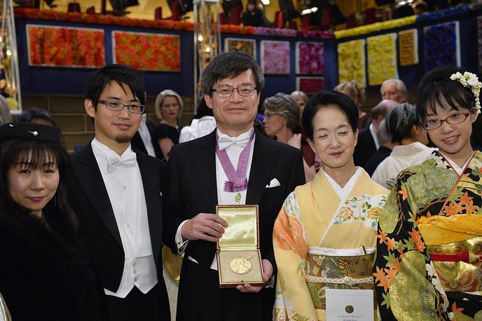 Лауреат  Нобелевской премии  по физике Хироси Амано с семьей