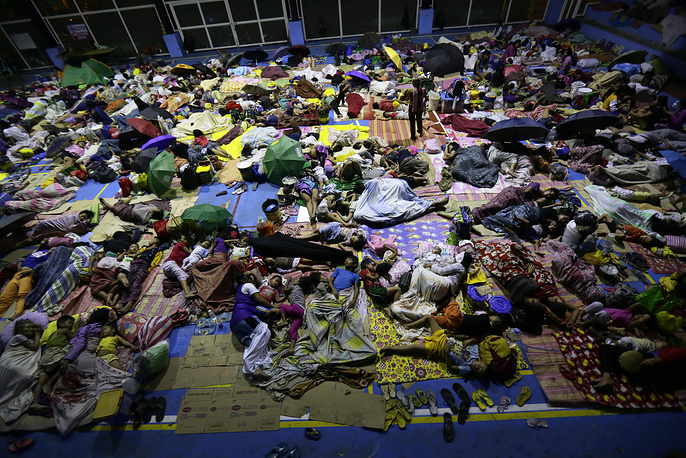 """Красный Крест подтвердил гибель 27 человек в результате тайфуна """"Хагупит"""" на Филиппинах. Власти страны заявили о гибели только двух человек. По решению правительства были эвакуированы свыше 1 млн местных жителей"""