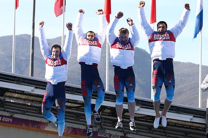 Российские спортсмены Александр Зубков, Алексей Воевода, Алексей Негодайло и Дмитрий Труненков (слева направо), завоевавшие золотые медали, на соревнованиях по бобслею среди мужчин