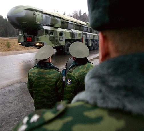 """""""Тополь-М"""" - трехступенчатая твердотопливная ракета шахтного или мобильного базирования, разработана Московским институтом теплотехники. Принята на вооружение в 2000 году. Дальность стрельбы - 11 тыс. км. Стартовый вес - 47,2 тонны. Масса боевой части - 1,2 тонны. Подвижный грунтовый ракетный комплекс (ПГРК) """"Тополь-М"""""""