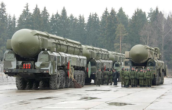 """Ракетный комплекс """"Тополь"""" (РТ-2ПМ/код НАТО SS-25 Sickle) на репетиции военного парада на полигоне Алабино, 2008 год"""