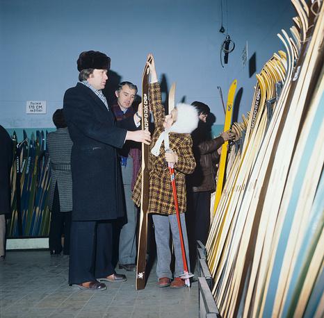 """Ежедневно универмаг посещали около 20 тыс. человек. В секции спортивных товаров магазина """"Детский мир"""", 1980 год"""