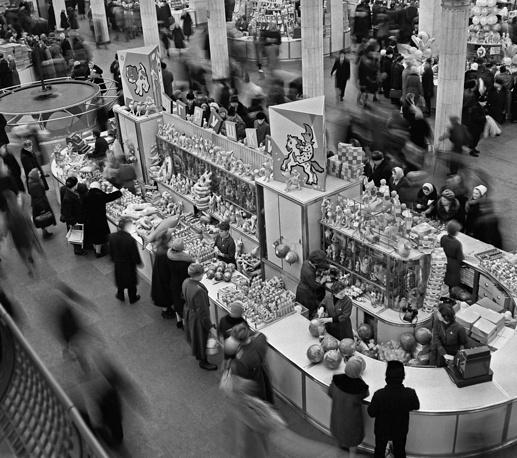 """""""Детский мир"""" стал крупнейшим в СССР магазином детских товаров: общая площадь - 55,45 тыс. кв. м, из них 22,5 тыс. кв. м - торговые площади. В магазине """"Детский мир"""", 1964 год"""