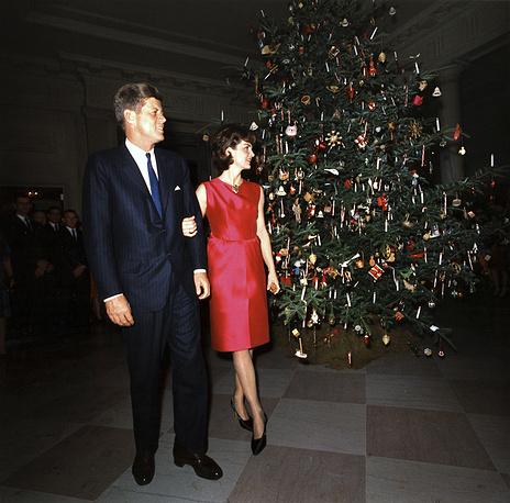 Президент США Джон Кеннеди и первая леди Жаклин Кеннеди на рождественском приеме в Белом доме, 1962 год