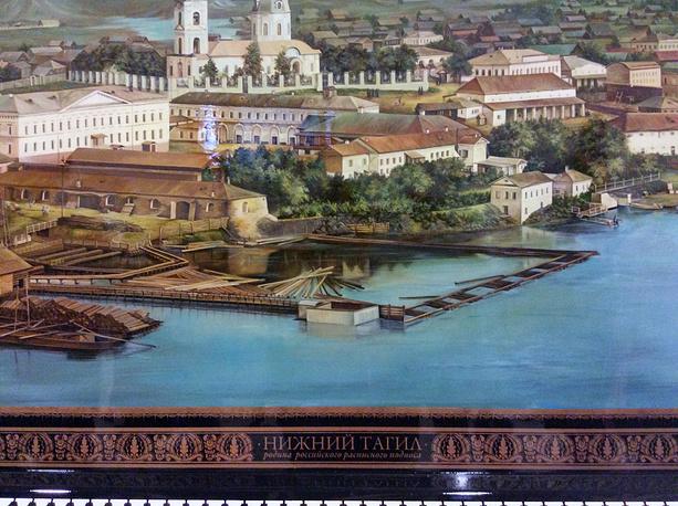 Расписной поднос размером 220 на 154 см, выполненный нижнетагильскими мастерами по технологии XVIII века