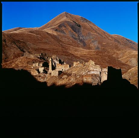 Чечня. Вечерняя тень как черный занавес вот-вот скроет неприступные башни Никароя — средневекового города-замка, расположенного на стыке двух ущелий.
