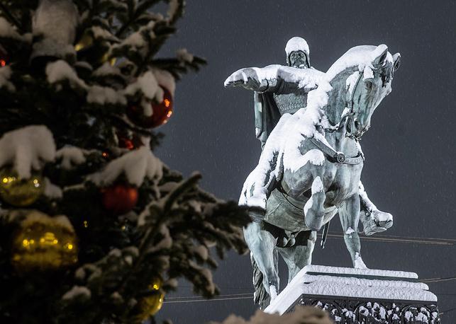 Заснеженный памятник Юрию Долгорукому