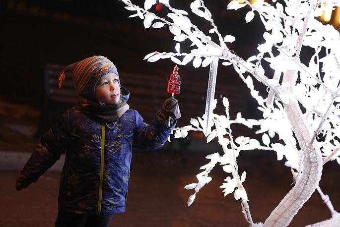 Мальчик во время прогулки на Тверском бульваре
