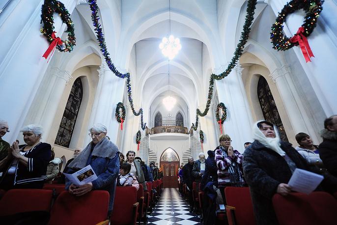Во время мессы навечерия Рождества в католическом храме Пресвятой Богородицы во Владивостоке, 24 декабря