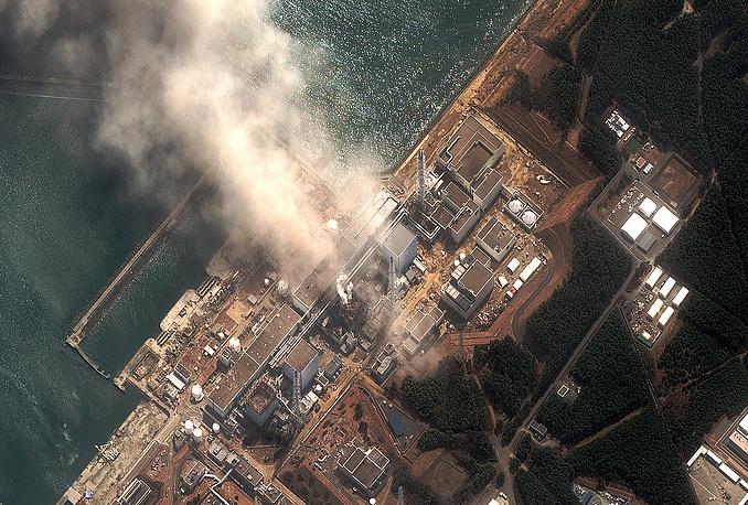 """Самым страшным последствием цунами стала авария на АЭС """"Фукусима-1"""" (на фото). Ущерб оценивался почти в $300 млрд. По оценкам экспертов, ликвидация последствий катастрофы займет около 40 лет"""